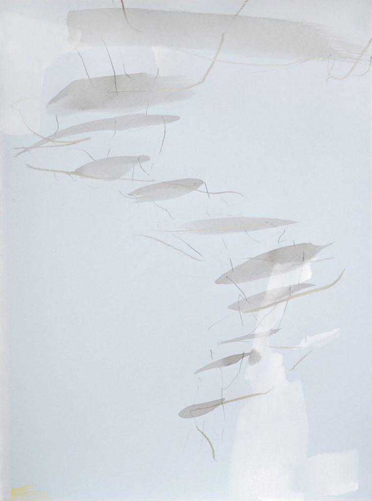 Zarte silbrige Kreidezeichnung- und Tuschemalerei mit weißer Gouache auf hellblauem Grund