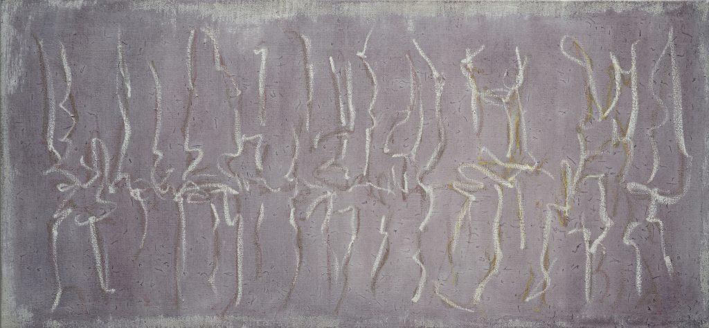 weisse und violette Kreidezeichnung einer rhytmisch bewegten Reihe von Zeichen auf violettem Aquarellgrund