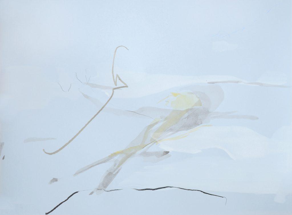 Auf hellblauem Grund steht in gespanntem Schwung eine silbrige Kreidelinie, die einen zart graugelben Schatten wirft in eine abstrahierte Landschaft aus wenigen durchscheinenden Pinselpuren