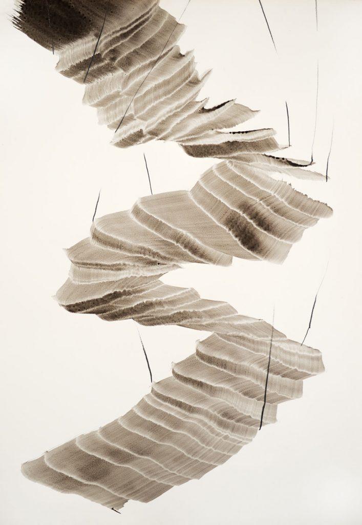 Sich windenede Form einer grauschwarzen Treppe deren Verlauf aufwärts aus dem Bild herausführt
