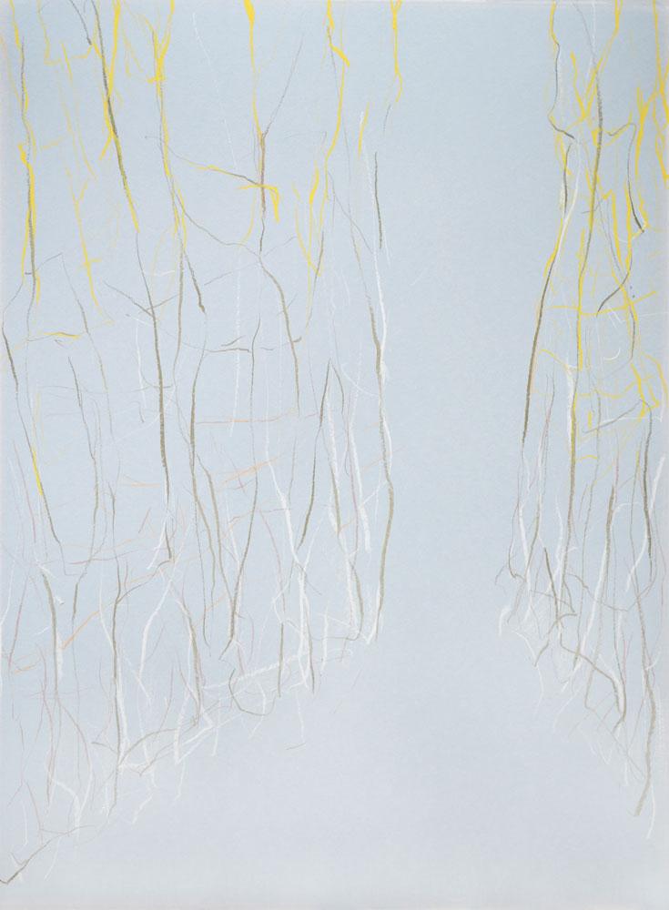 Zart expressive Buntstift- & Kreidezeichnung einer aufstrebenden, durchscheinenden Hecke, die sich zu einer schmalen Durchgang hin öffnet auf hellblauem Grund
