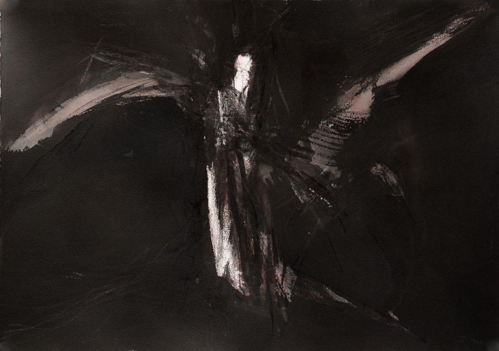 Vor tiefem Schwarz erscheint eine hell weiß und altrosa leuchtende geflügelte Figur in wilder Bewegung